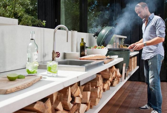 Первым делом определитесь: хотите ли вы готовить на кухне или только ужинать на свежем воздухе / Фото: remontbp.com