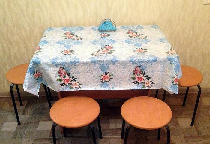 Клеенка быстро портится и упрощает интерьер кухни / Фото: chel.triproom.ru