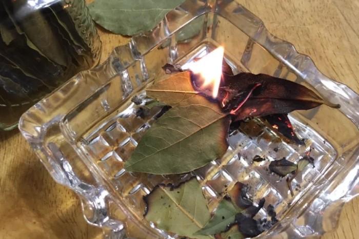 Лавровый лист устраняет неприятные запахи и оказывает расслабляющий эффект.