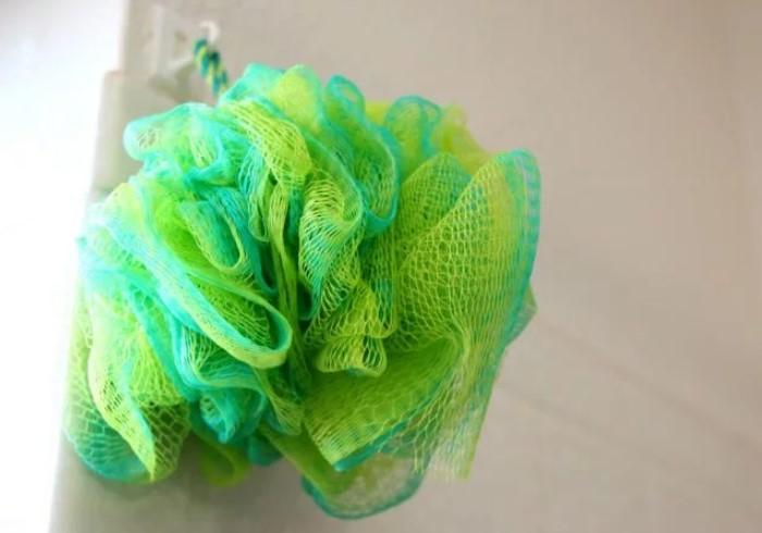 После каждого использования мочалку нужно хорошо сушить / Фото: amazingajmer.com