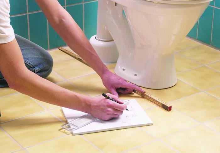 Перед монтажом возьмите строительный уровень и убедитесь, что пол ровный, а затем приступайте к работе / Фото: st03.kakprosto.ru