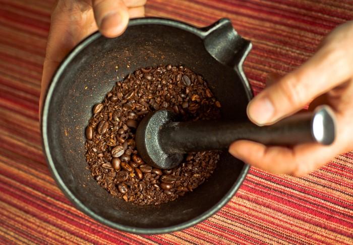 Лучше всего брать зерновой кофе и перемолоть в домашних условиях перед использованием / Фото: turka.life