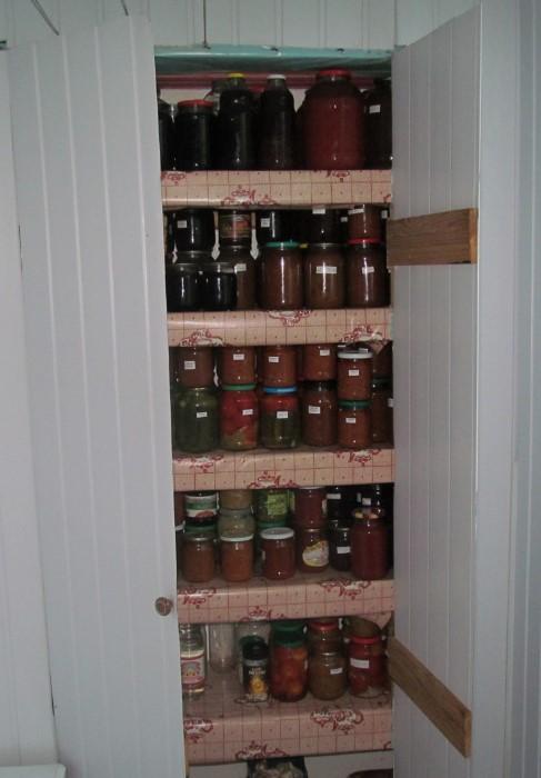 Консервацию лучше хранить в закрытом шкафу с прочными полками / Фото: tutby.gcdn.co