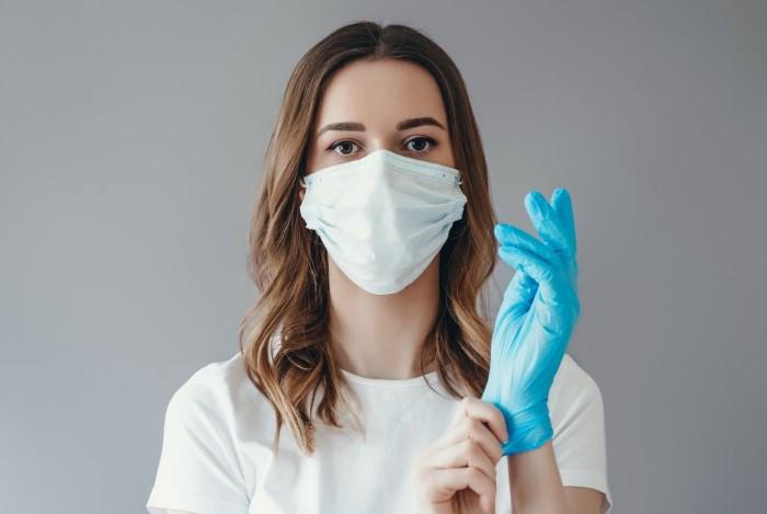Во время использования инсектицидов надевайте маску и защитные перчатки / Фото: www.b7net.co.il