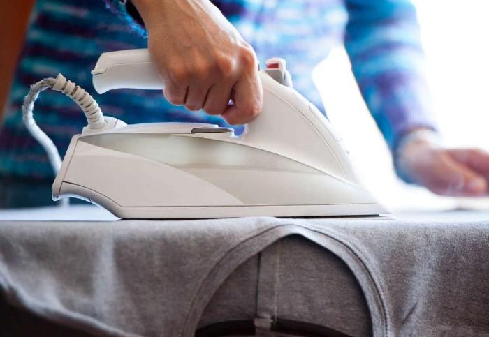Избегайте хаотичных движений при глажке, чтобы не растянуть пятно / Фото: cleanadvice.ru