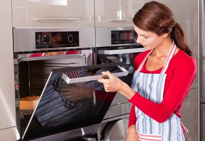 Проверяйте готовность блюда через стекло в дверце духовки / Фото: fixremtex.ru