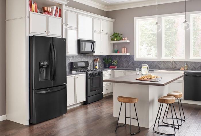 Располагайте холодильник на краю мебели, чтобы он не разрывал столешницу / Фото: palladium.ua