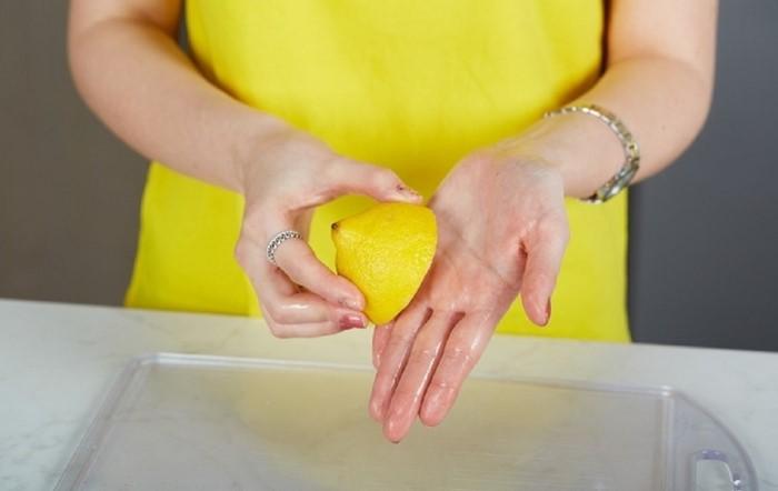 Хорошо, если загрязнения легко удаляются, но иногда на руках остается крайне неприятный запах или окрашивается кожа