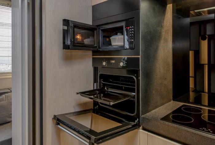 Не располагайте микроволновку слишком высоко, иначе рискуете обжечься горячей посудой / Фото: severdv.ru