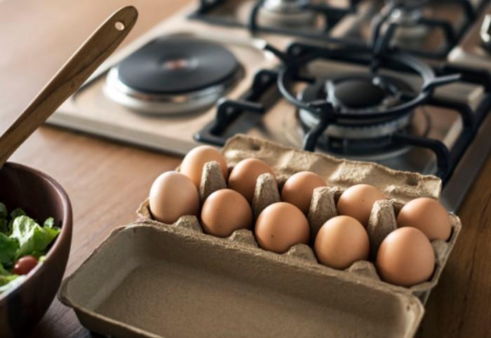 Если яйца в холодильнике, предварительно достаньте нужное количество и оставьте греться на кухне / Фото: image.freepik.com