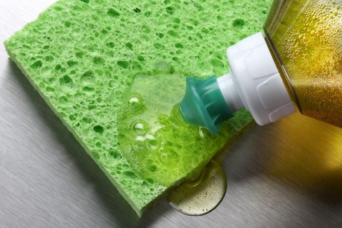 Гель для мытья посуды растворит нагар / Фото: posudaguide.ru