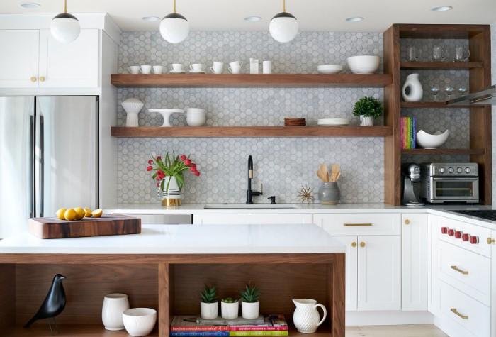 Вместо обычных шкафов закажите на верхний ряд открытые полки / Фото: down2earthinteriordesign.com