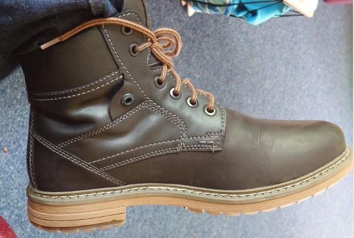 Если протянуть шнурки черед дополнительные отверстия, вы надежнее закрепите ногу  / Фото: static.boredpanda.com