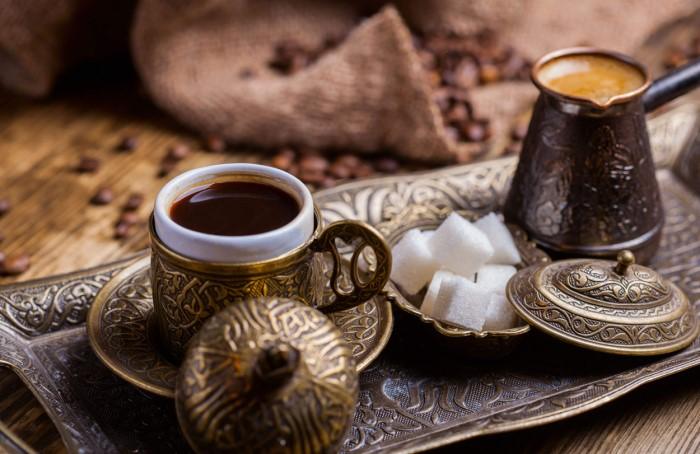 Во многих восточных странах кофе варит только хозяин / Фото: nowturkey.ru