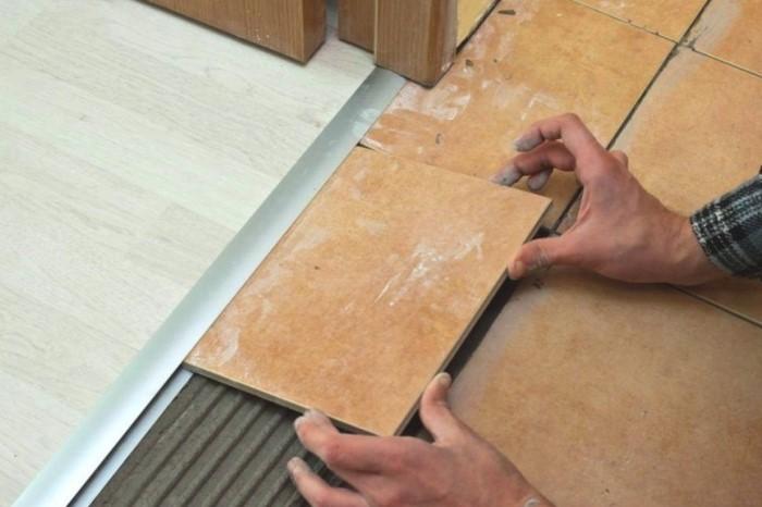 Плитка и ламинат помогают разделить помещение на функциональные зоны