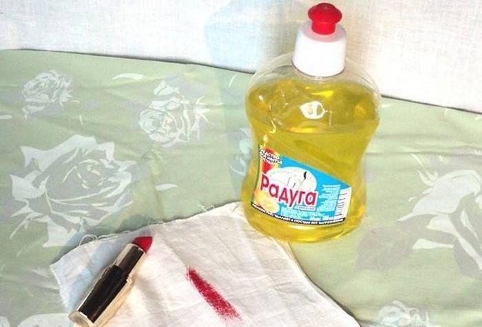 Моющее средство выведет пятна с одежды, мягкой обивки и ковров / Фото: sdelai-lestnicu.ru