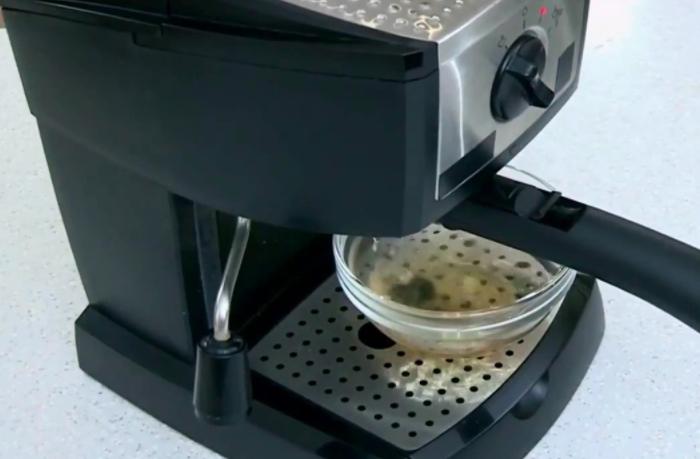 Используйте водно-уксусный раствор, чтобы раз в месяц очищать кофеварку / Фото: i.ytimg.com