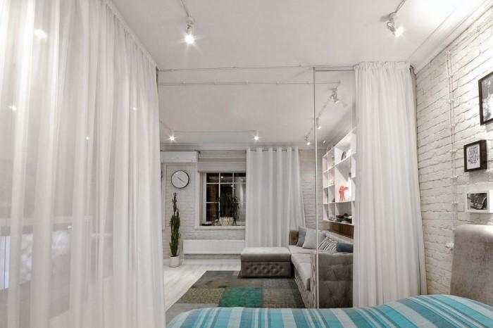 Вместо тюля лучше использовать шторы из плотного материала / Фото: design-homes.ru