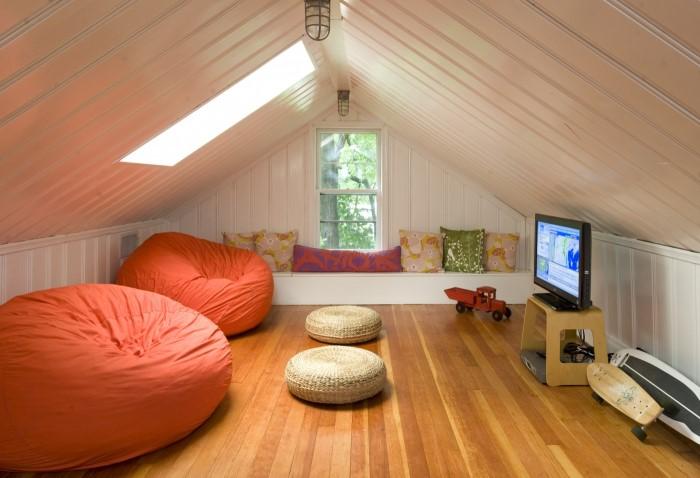 Обустройте на чердаке стильное и уютное пространство, где можно работать, отдыхать и даже спать