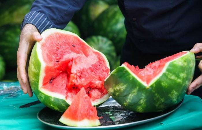 Лучше всего дождаться середины августа и насладиться сочными и сладкими плодами сполна / Фото: bestwom.ru