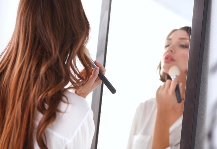 Обязательно фиксируйте макияж пудрой и спреем / Фото: voice.fi