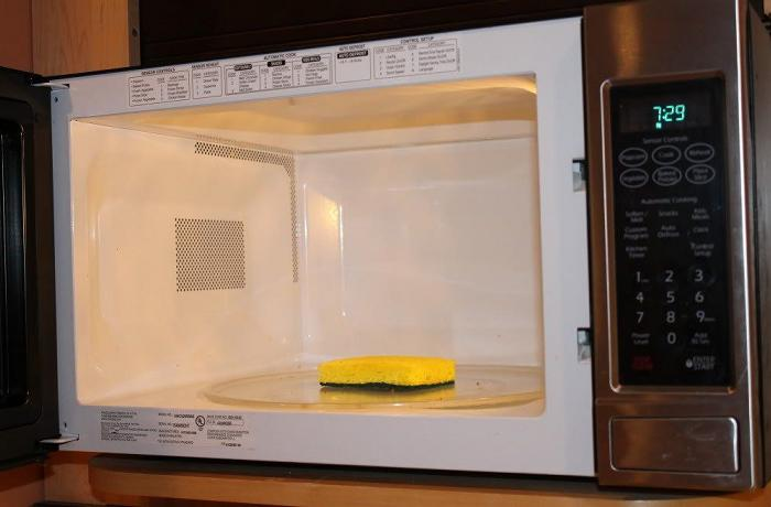 Пар поможет растворить остатки жира и пищи, чтобы микроволновку было легче отмыть / Фото: rsloboda-rt.ru