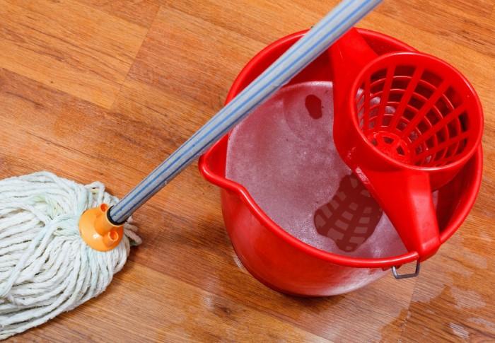 Придавить ковер можно ведром или тазом с водой / Фото: medgepatit.com