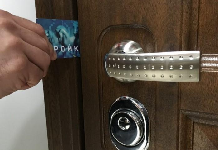 Сперва попробуйте открыть дверь своими силами.