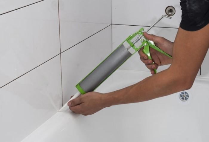 Силиконовый герметик подходит для зазоров до 1 см / Фото: design-homes.ru