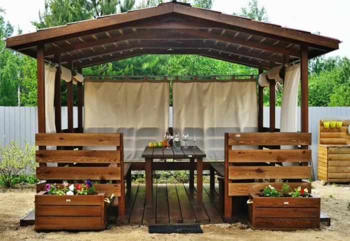 Деревянная конструкция гармонично впишется в любой дизайн приусадебного участка / Фото: severdv.ru