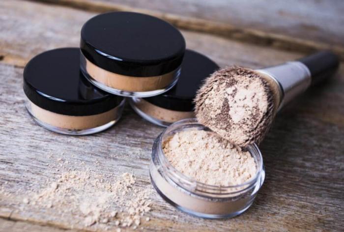 Используйте минеральную пудру для фиксации макияжа / Фото: jaay.ru