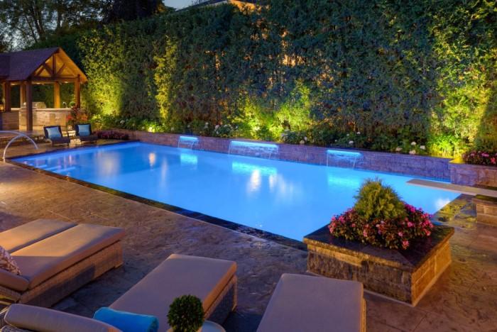 Светящаяся вода создает особую атмосферу, особенно рядом с шезлонгами и танцполом / Фото: betzpools.com