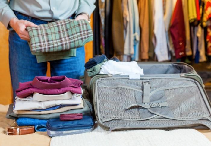 Первыми кладите вещи, которые пригодятся позже всего / Фото: ingenioustravel.com