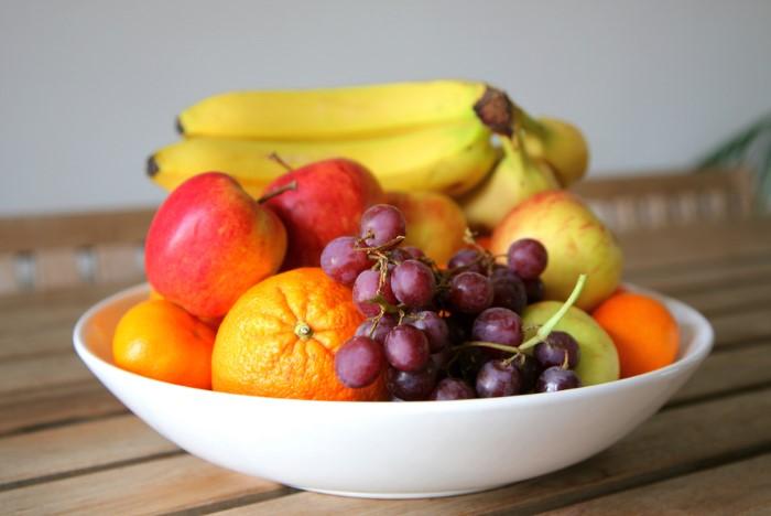Фрукты и овощи из супермаркета нужно очищать от пестицидов / Фото: sovet.boltai.com