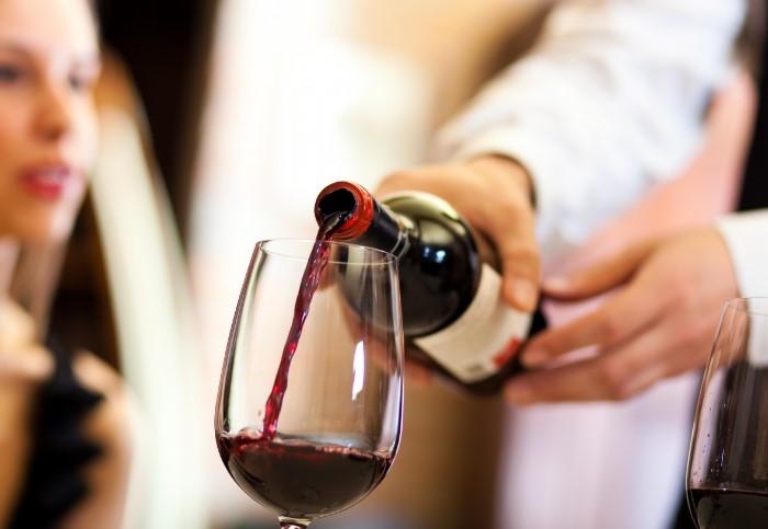 Подливая вино, официанты надеются, что гости быстро его допьют и закажут еще одну бутылку / Фото: img2.goodfon.ru