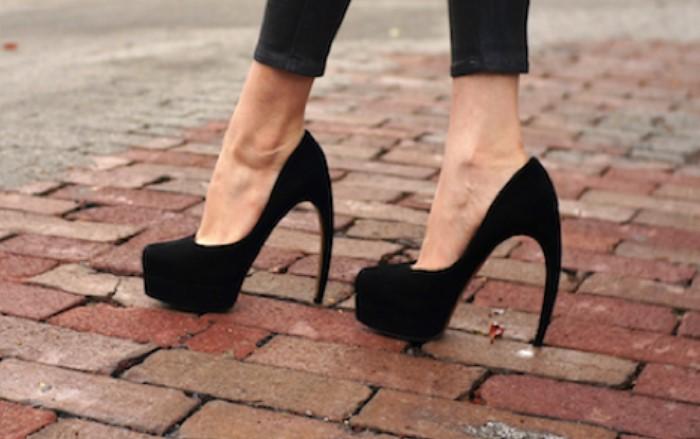 Для повседневной носки лучше отказаться от нестандартных каблуков / Фото: thedreamteam.fr
