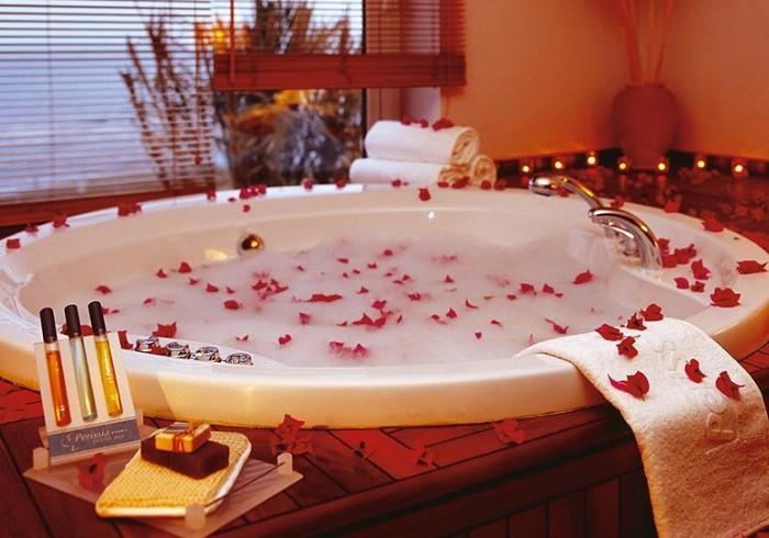 Украсьте ванну цветами и свечами для создания романтичной атмосферы / Фото: abktourism.kz