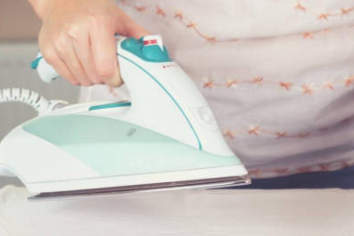 Убедитесь, что в утюге нет воды и он не будет парить, иначе вы сделаете еще хуже / Фото: tokkoro.com