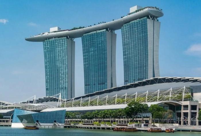 Marina Bay Sands представляет собой комплекс из трех башен в виде карточных колод / Фото: okoguide.com