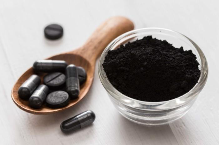Измельчите угольные таблетки и присыпьте ими загрязненную поверхность / Фото: nabtahealth.com