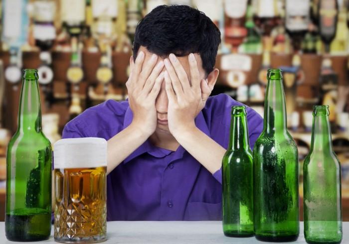 Алкоголь токсичен, поэтому организм старается вывести его в первую очередь / Фото: pbs.twimg.com