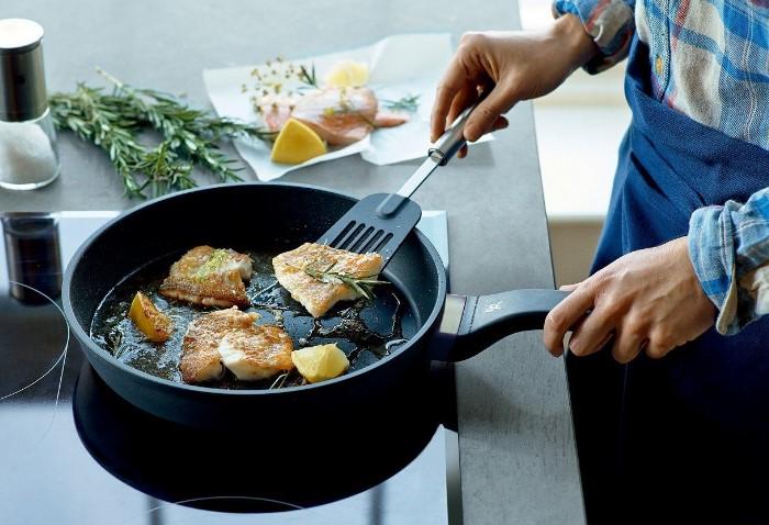 Лучше всего жарить еду на антипригарной сковороде, которая препятствует прилипанию пищи / Фото: posudaguide.ru
