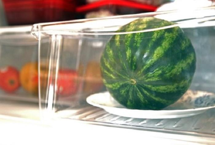 Для хранения арбузов лучше выделить отдельный холодильник / Фото: sdelai-lestnicu.ru