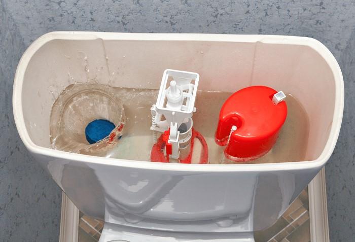 Смягчить жесткую воду поможет таблетка, которую нужно положить в бачок / Фото: savewateruae.com