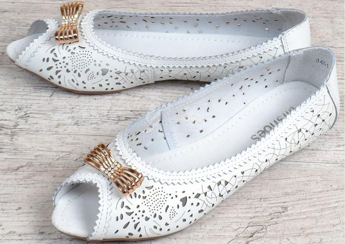 Золотая фурнитура выглядит дешево и сразу упрощает обувь / Фото: nanogu.com.ua