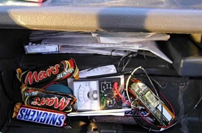 Возить шоколадные батончики или конфеты в бардачке - не лучшая идея / Фото: otvet.imgsmail.ru