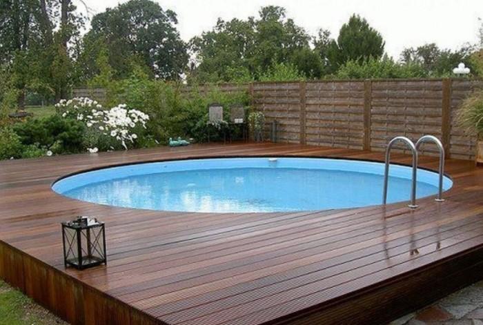 Один из вариантов - сделать на границе бассейн или поставить надувной / Фото: moetoe.com