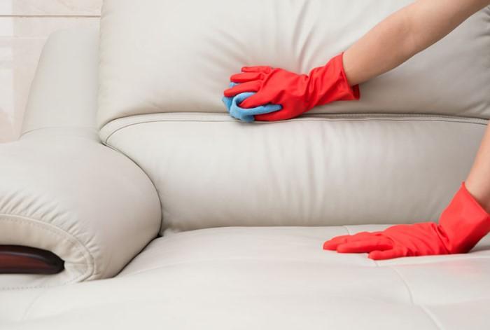 Уксусно-нашатырный раствор подходит только для светлой мебели / Фото: benzopilatut.ru