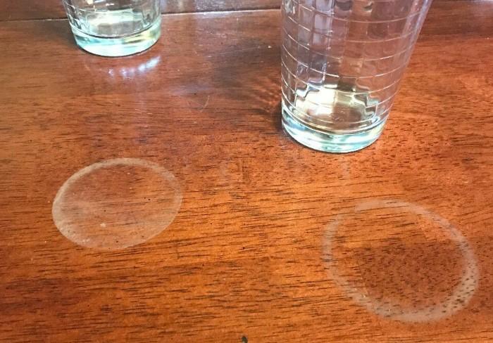 Пятна на мебели от чашек и стаканов встречаются почти в каждом доме