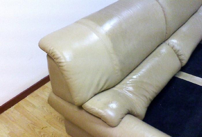 При правильном и регулярном уходе даже светлая мебель сохранит оттенок / Фото: химчистка-елабуга.рф